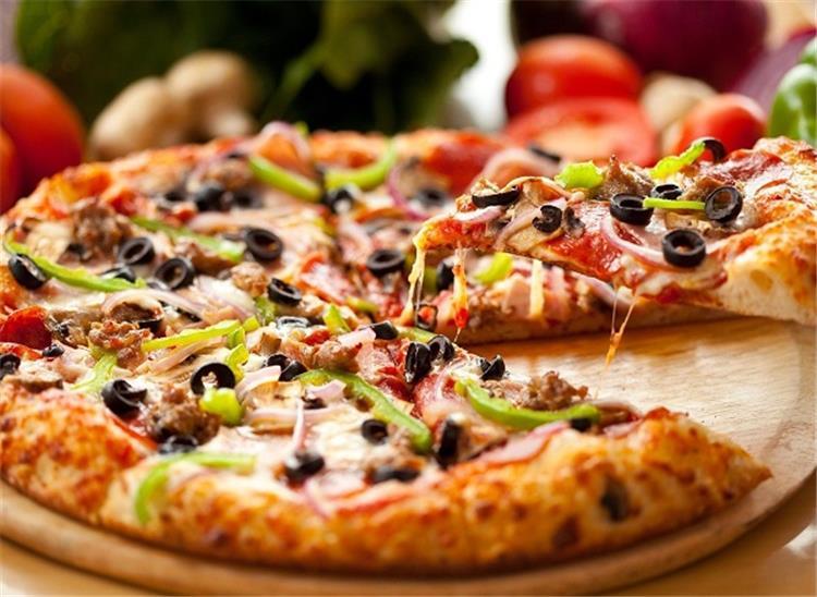طريقة عمل البيتزا باللحمة المفرومة للشيف نجلاء الشرشابى