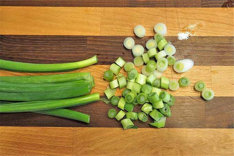 فوائد تناول البصل الأخضر في شم النسيم