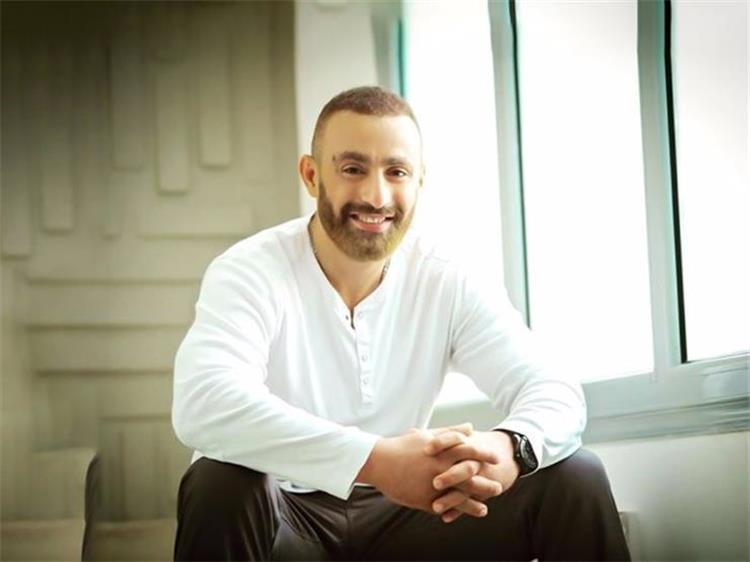 أحمد السقا يجري عملية جراحية في ساقه ويطمئن جمهوره على حالته الصحية