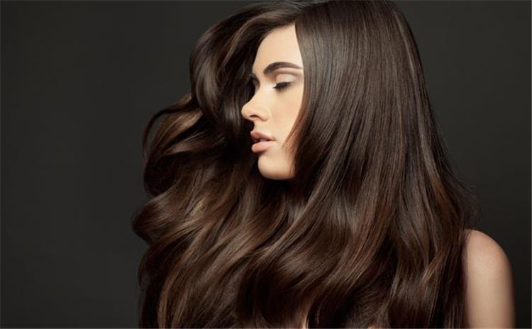 وصفات طبيعية لتنعيم الشعر والتخلص من التقصف