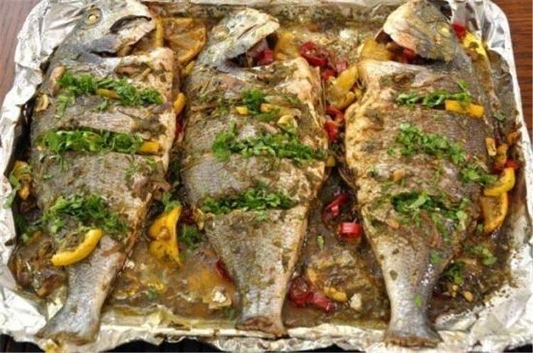 منيو غداء اليوم طريقة عمل صينية سمك بلطي بالفرن