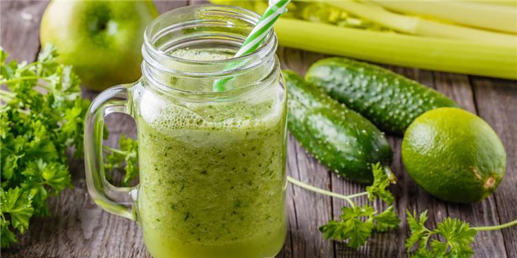 فوائد العصير الأخضر للشعر