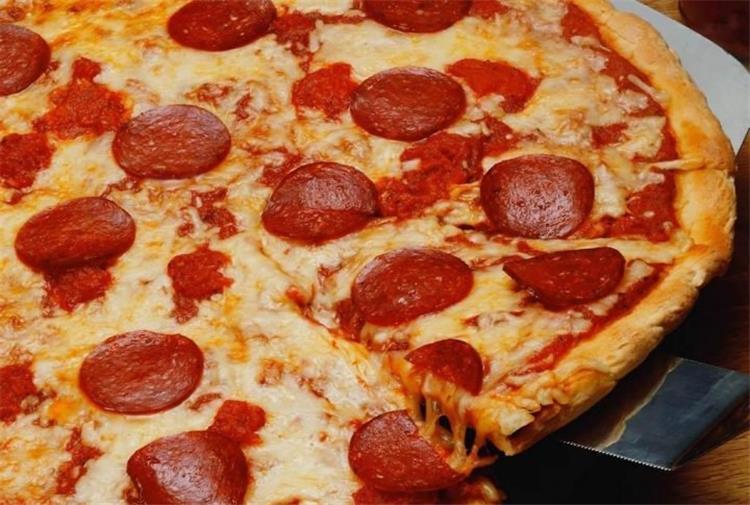 طريقة عمل بيتزا السجق السريعة