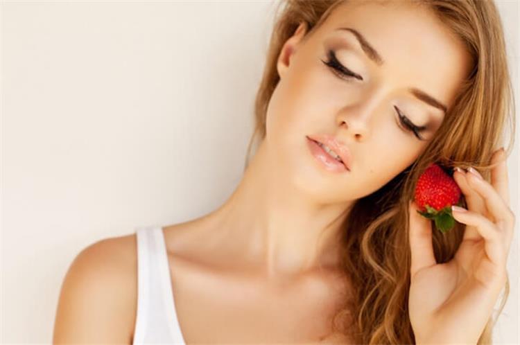 فوائد الفراولة لعلاج قشرة الشعر ومنع تساقطه