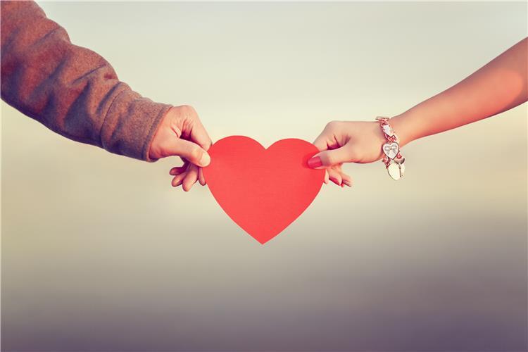 علامات وايحاءات تدل على أنها تحبك