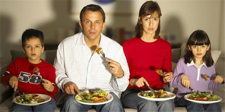 الاكل امام التلفاز مخاطر صحية غير متوقعة