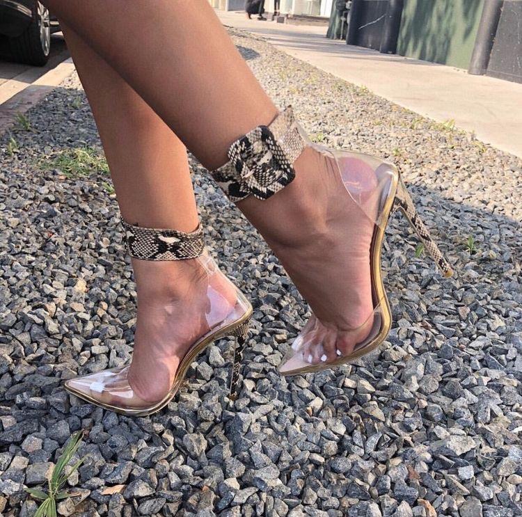 الأحذية الشفافة تتربع على عرش صيف 2021