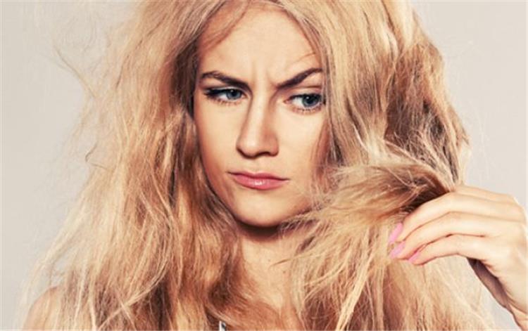 5 أخطاء شائعة تقع فيها النساء أثناء غسيل الشعر