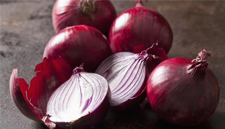 فوائد البصل الأحمر للعظام