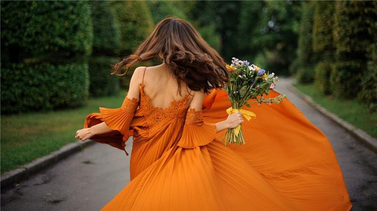 البرتقالي يتربع على عرش موضة ألوان صيف 2021