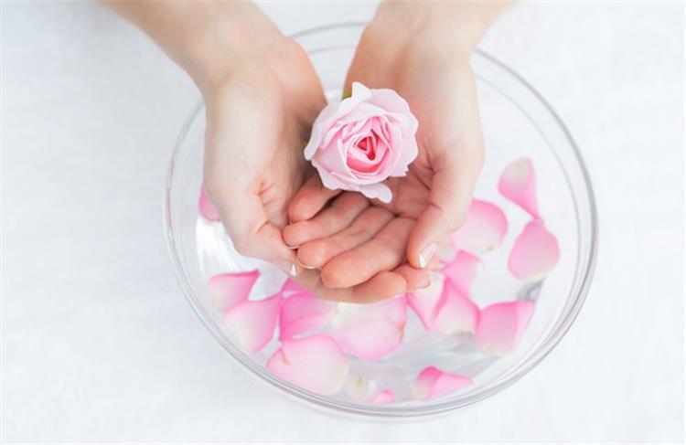 فوائد ماء الورد للبشرة والشعر وطرق استخدامه