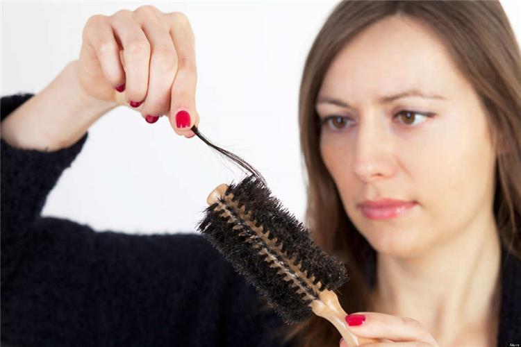 10 أسباب للصلع وتساقط الشعر عند النساء