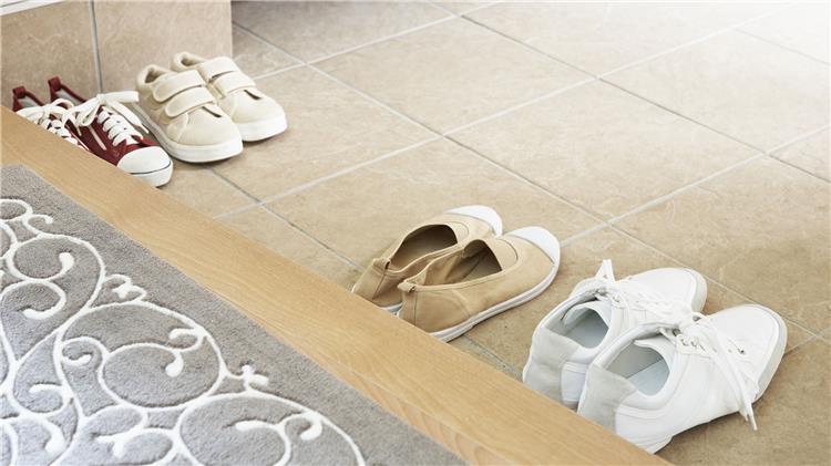 خلع الحذاء خارج المنزل أكثر من مجرد عادة