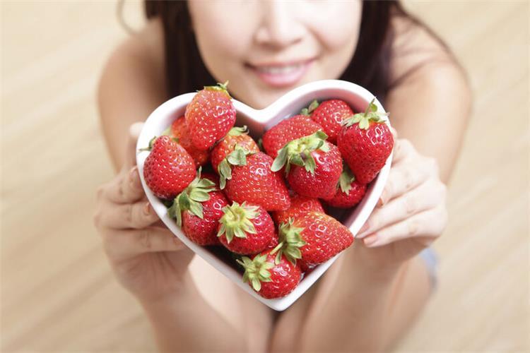 13 فائدة للفراولة للبشرة والشعر ووصفات لعلاج جميع مشاكلهما