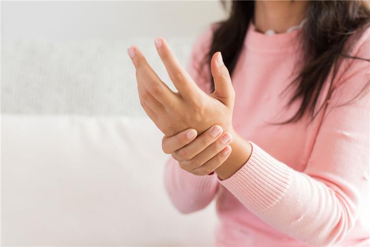 يدك تخبرك بحالتك الصحية تعرفي على التفاصيل بدون زيارة الطبيب