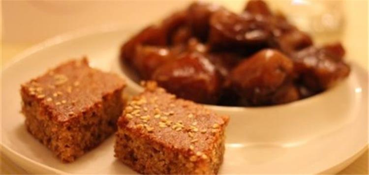 طريقة عمل البسبوسة بالتمر واللوز لتحلية لذيذة في رمضان