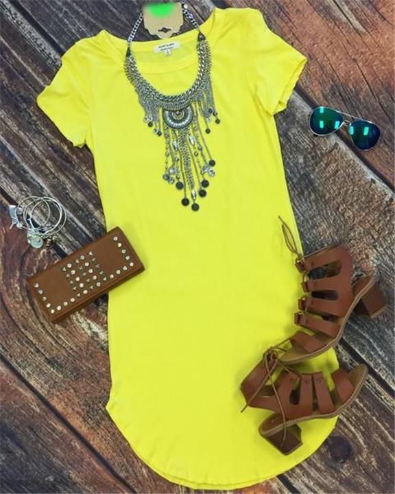 5 أفكار للتجديد من شكل الفستان الأصفر بالإكسسوارات