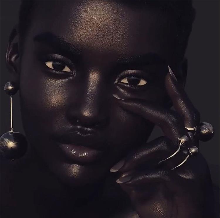 مصور انجليزي يجسد مقاييس الجمال من خلال عارضة سمراء