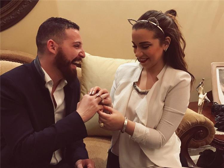 محمود حجازى يحتفل بخطيبته أسماء شريف منير على طريقته فى أبو العروسة