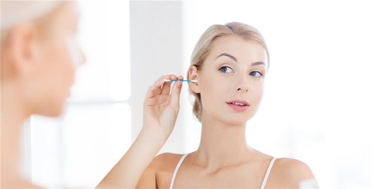 5 وصفات طبيعية لإزالة شمع الأذن