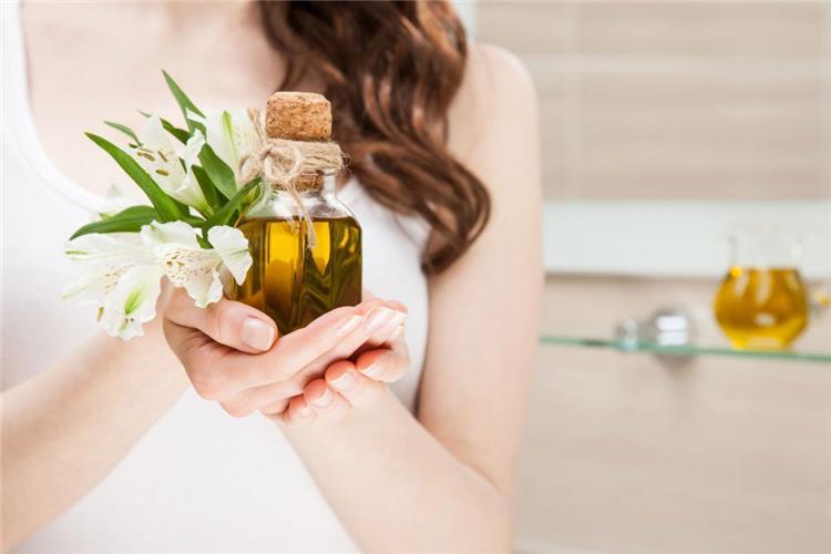 12 وصفة طبيعية من زيت الزيتون للعناية بالشعر للتطويل وعلاج الجفاف والتساقط والترطيب