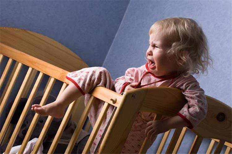 الوقت المناسب لنوم طفلك في سرير منفصل