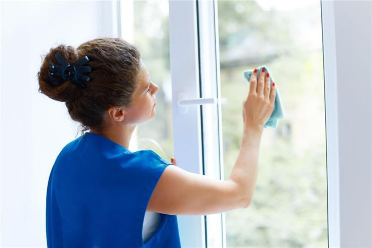 طرق منزلية لتنظيف الزجاج بكل سهولة