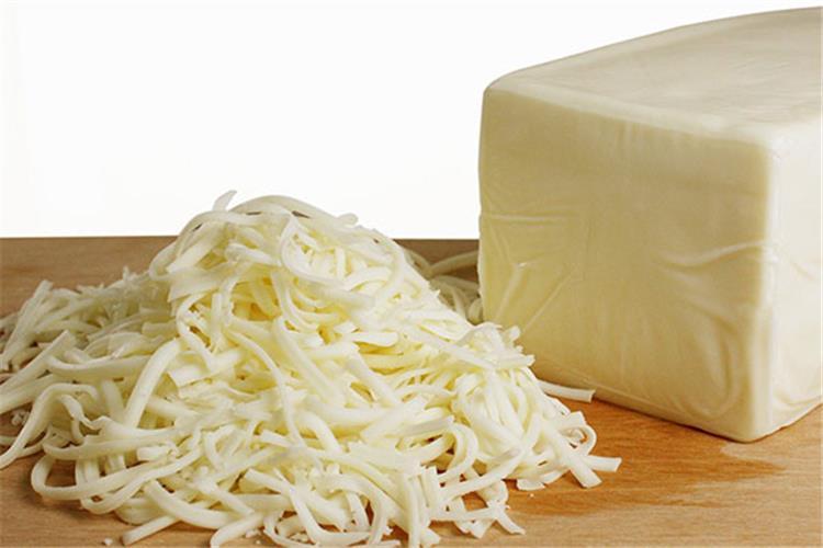 طريقة عمل الجبنة الموزاريلا في المنزل بمكونات على أد الأيد