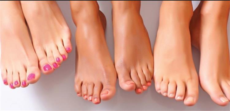 وصفات طبيعية لتفتيح وتنعيم القدمين