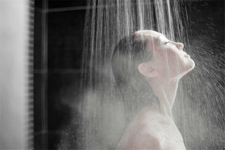 عادة خاطئة اثناء الاستحمام في الشتاء لها ضرر بالغ
