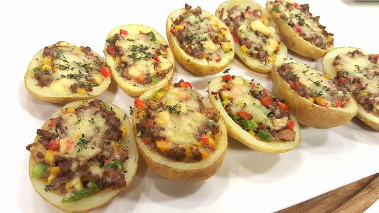 منيو غداء اليوم حضري قوارب البطاطس باللحمة المفرومة والبشاميل