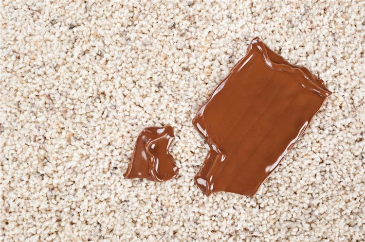 كيفية تنظيف بقع الشيكولاتة العنيدة من السجاد