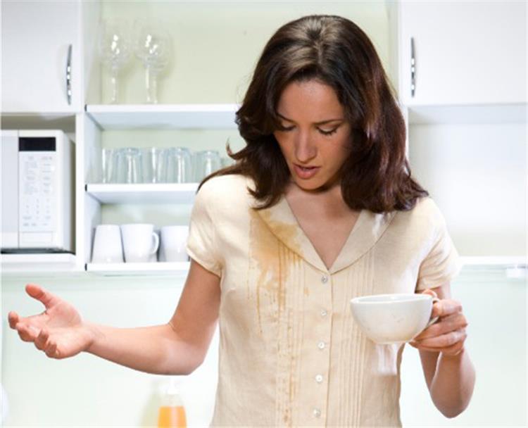 4 خطوات لإزالة بقع القهوة من الملابس