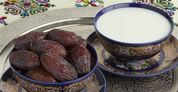 فوائد الحليب والتمر يقي من مخاطر التعرض لأمراض القلب