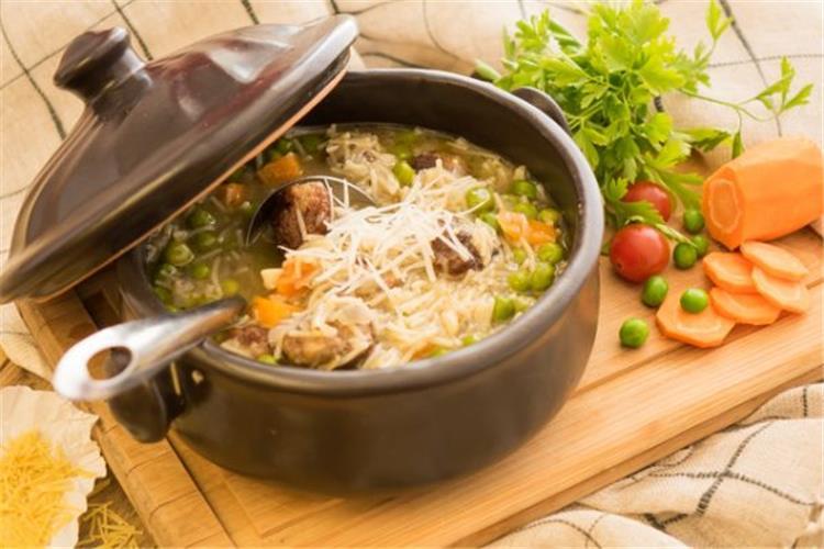 طريقة عمل شوربة الدجاج والخضروات مع الأرز البني