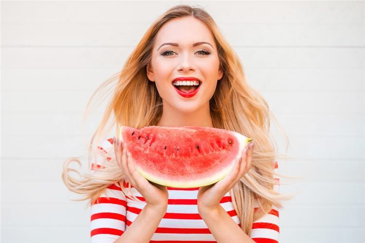 فوائد البطيخ للبشرة يعالج حب الشباب ويكافح الشيخوخة