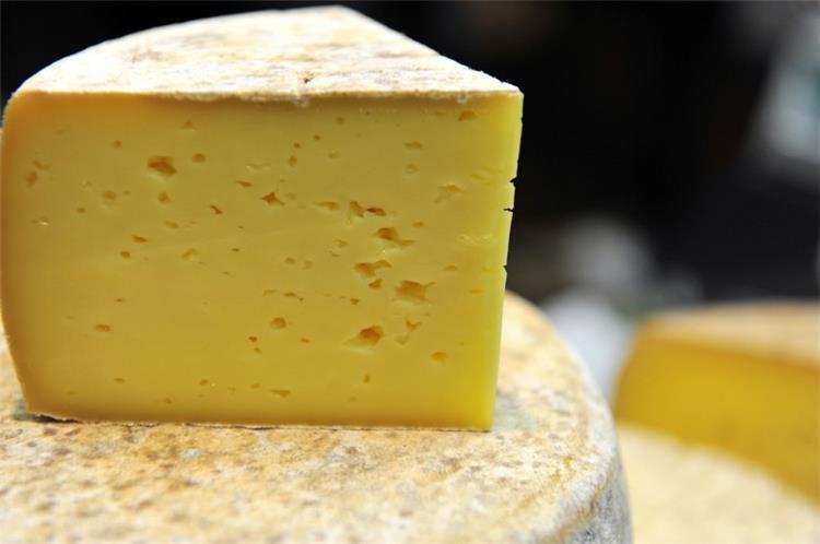 طريقة عمل الجبنة الرومي في البيت بأبسط المكونات
