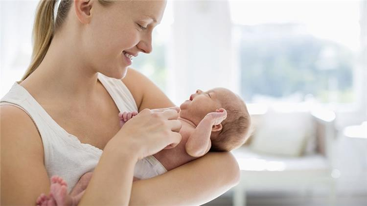 الطريقة الصحيحة لحمل الطفل حديث الولادة