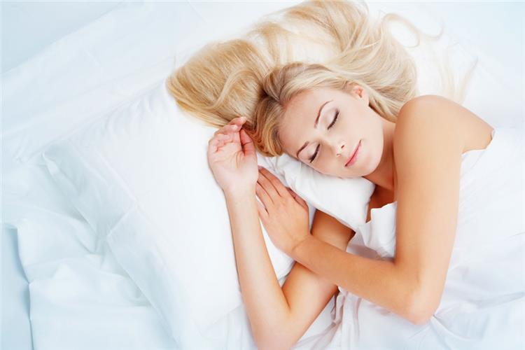 5 عادات خاطئة قبل النوم تزيد الوزن