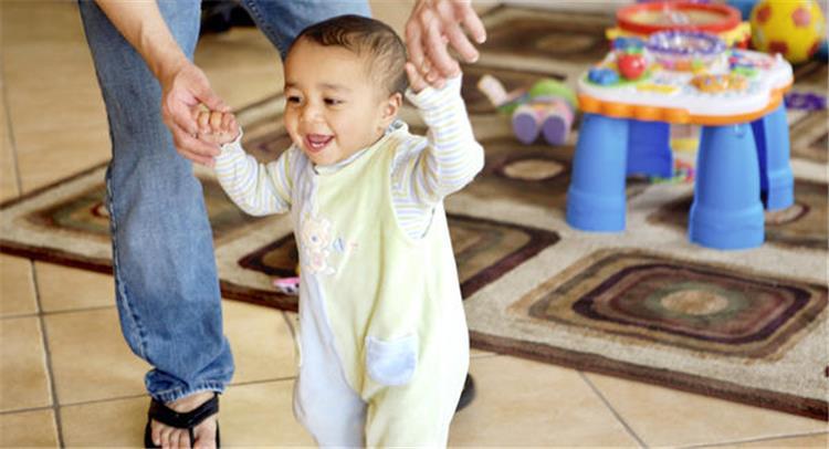 كيف تساعدين طفلك على تعلم المشى في السنة الأولى