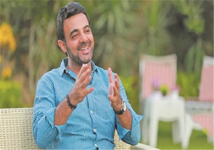 عمرو ياسين ينشر صورة لشخص بوجهين ويعلق عليها ربنا يكفينا شر الناس دي والله هل يقصد الفنانة ياسمين عبد العزيز