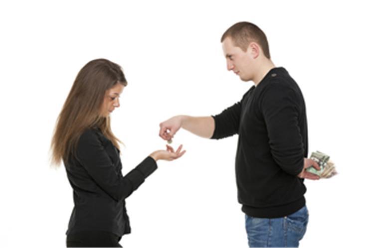 5 علامات تكشفين بها بخل خطيبك قبل الزواج منه