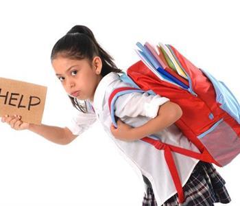 كيف تحمى أبنائك من مضاعفات حمل حقيبة المدرسة الثقيلة