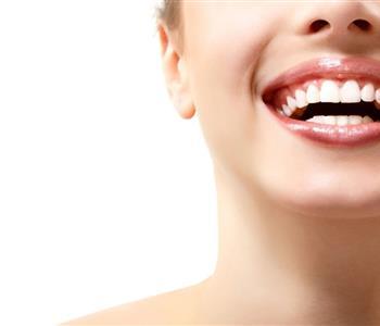 """وصفات لتبييض الاسنان باستخدام """"الكربوناتو"""".. تعرفي عليها """