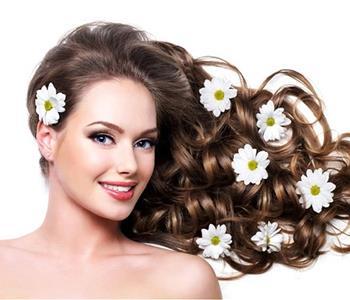 وصفات لتنعيم الشعر بزيت جوز الهند لإطلالة مفعمة بالجمال