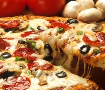 طرق مختلفة لتحضير عجينة البيتزا مثل المحلات.. تعرفي عليها 