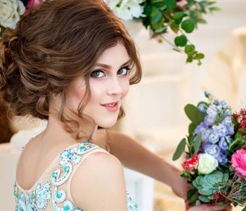 تسريحات بسيطة تناسب العروسة صاحبة الشعر الكيرلي