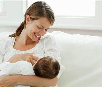 أهمية لبن السرسوب للطفل في الساعة الأولى بعد الولادة
