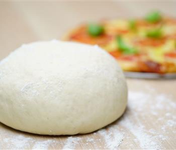 طريقة عمل عجينة البيتزا من غير خميرة