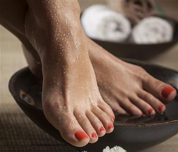وصفة طبيعية سحرية للتخلص من جفاف وتشقق القدمين